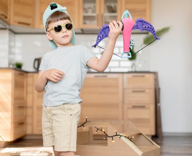 Niño genial con juguete de arco