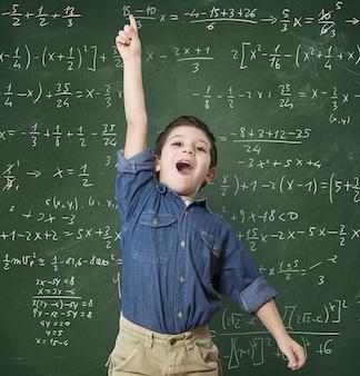 Niño genio en la escuela