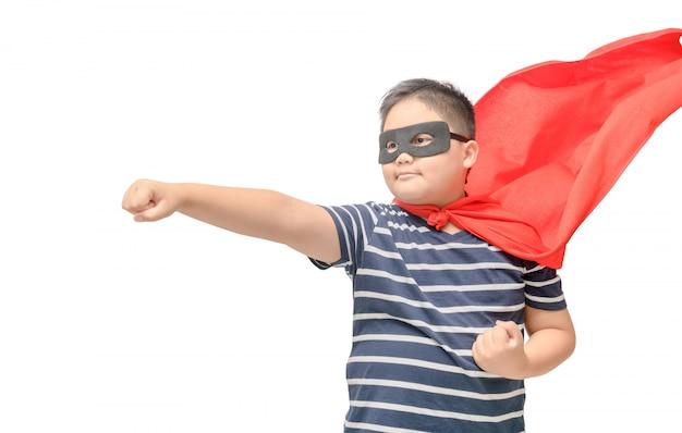 Niño gordo juega superhéroe aislado