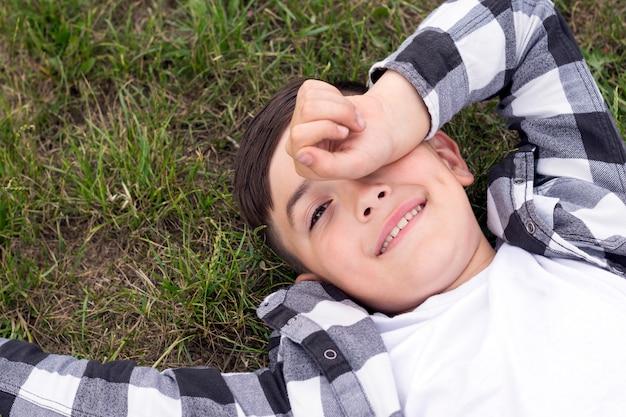 Niño gracioso quedarse dormido al aire libre
