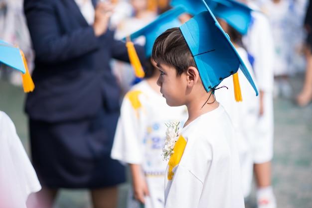 Niño se graduó en la escuela de jardín de infantes