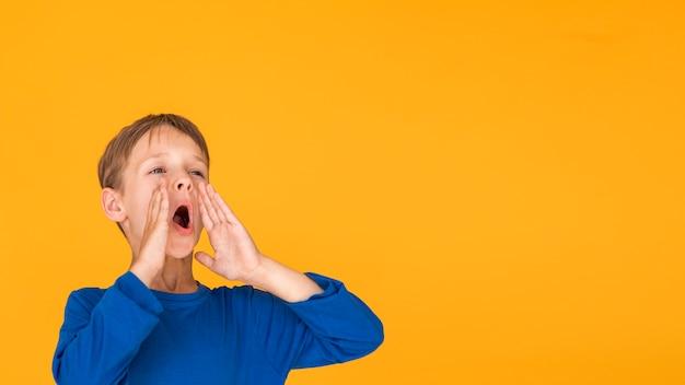 Niño gritando con espacio de copia