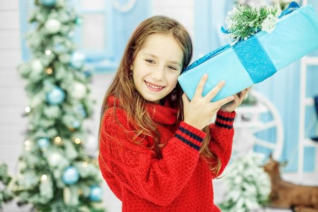 El niño ha recibido una caja grande de regalo.