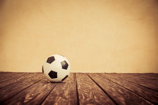 El niño se hace pasar por un jugador de fútbol. concepto de éxito y ganador