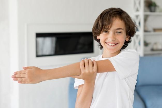 Niño haciendo deporte en casa