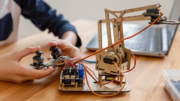 Niño haciendo robot de cerca