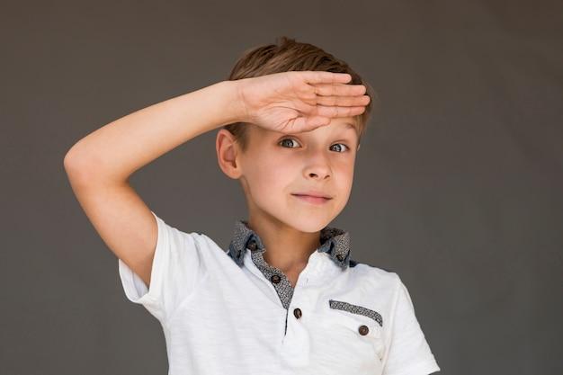 Niño haciendo un saludo de soldado