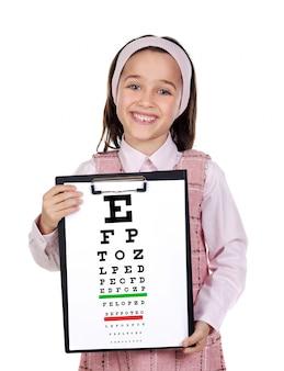 Niño hermoso que sostiene una carta del examen de la visión