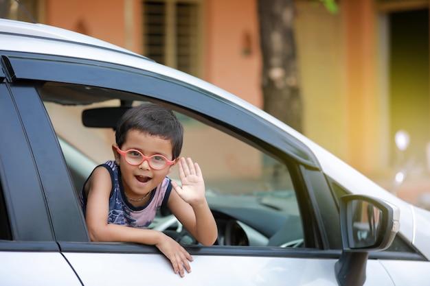 Niño indio en coche