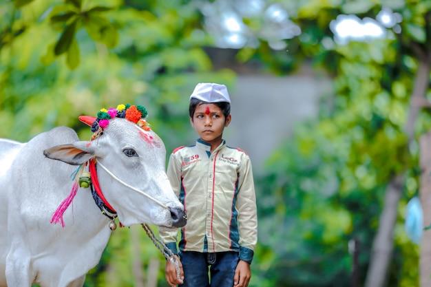 Niño indio joven celebrando el festival pola