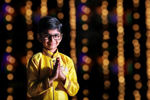 Niño indio lindo en ropa tradicional