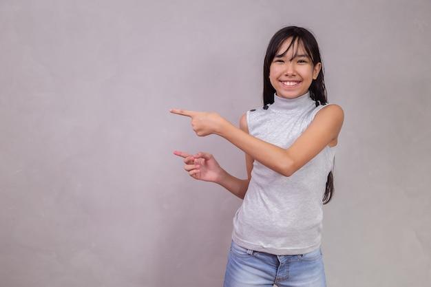 Niño japonés apuntando con espacio para texto