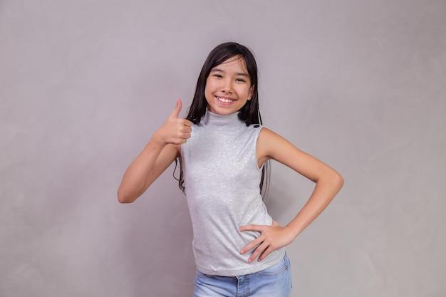 Niño japonés con los pulgares hacia arriba