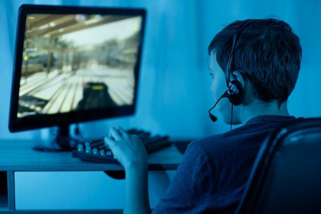 Niño joven, juego, en, computadora