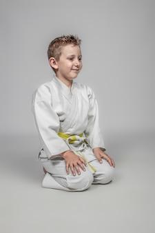 Niño joven, llevando, artes marciales, disfraz