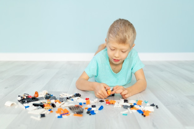 Un niño juega con un constructor de casas.