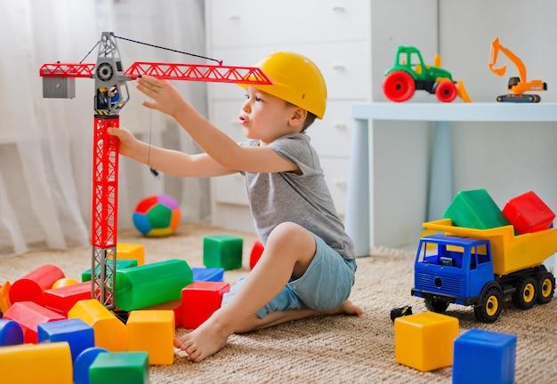 El niño juega en el constructor de la habitación.