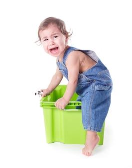 Niño juega con contenedor