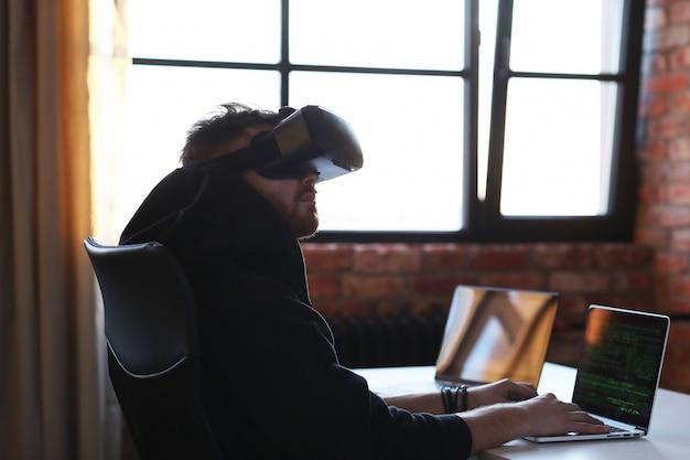 Niño jugando con auriculares vr y computadora portátil