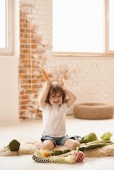 Niño jugando en la cocina
