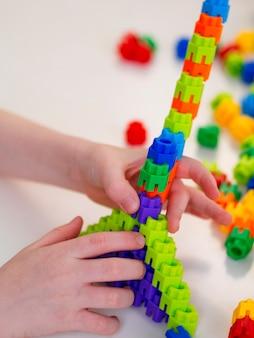 Niño jugando con colorido juego