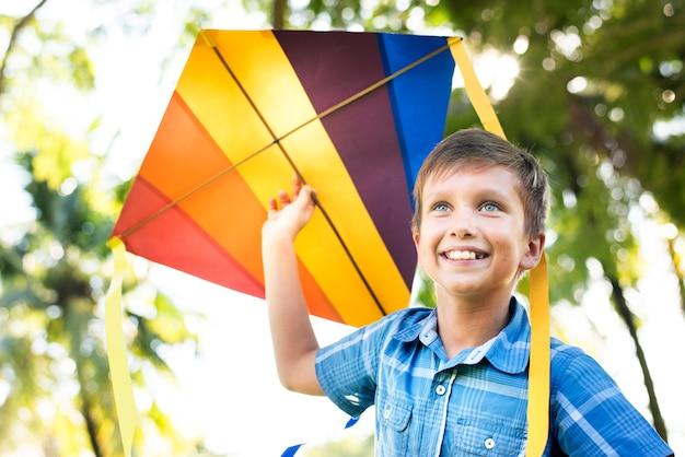 Niño jugando con una cometa colorida