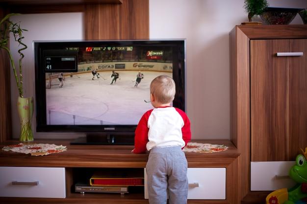 Niño jugando en casa