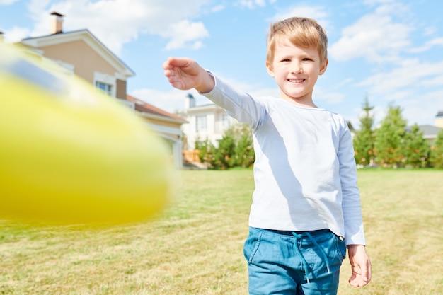 Niño jugando frisbee