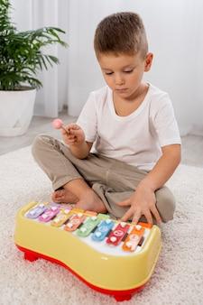 Niño jugando con un juego musical.