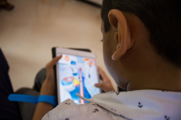 Un niño jugando un juego en su tableta