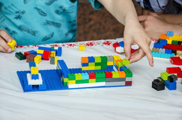 Niño jugando con los juguetes de construcción.