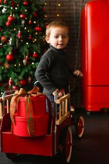 Niño jugando con juguetes de navidad