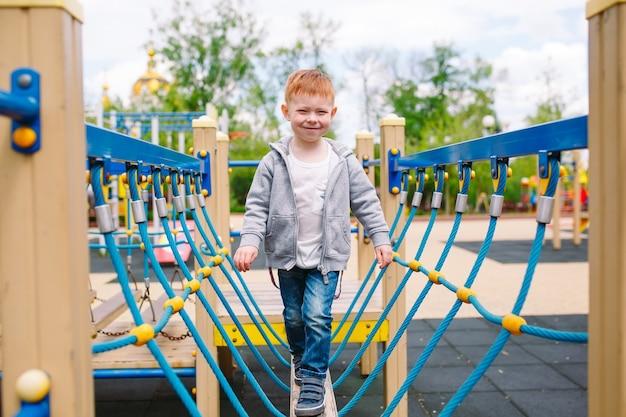 Niño jugando en el patio de recreo.