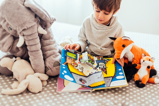 Niño jugando con peluches