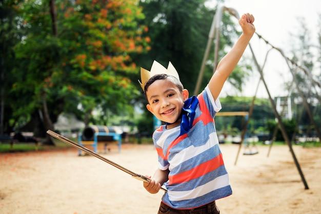 Niño jugando rey en un patio de recreo