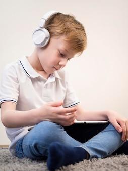 Niño jugando con su tableta