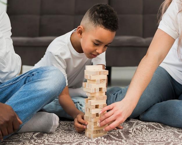 Niño jugando con sus padres