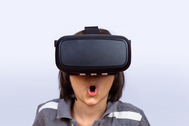 Niño jugando videojuegos con realidad virtual.