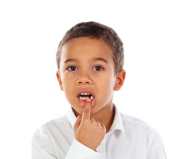 Niño latino mostrando sus nuevos dientes