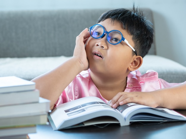 Niño leyendo un libro en casa. concepto de educación