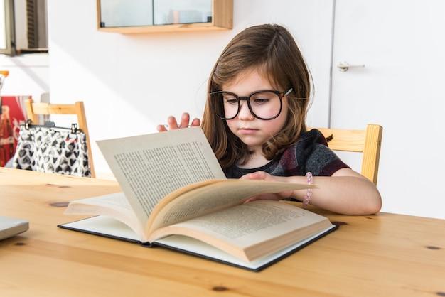 Niño leyendo un libro. de vuelta a la escuela