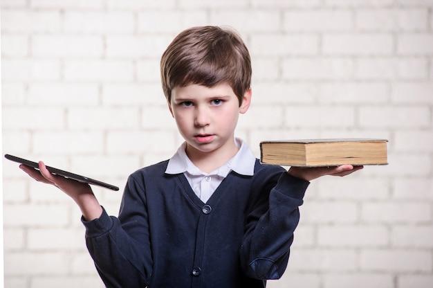 Niño con un libro sobre un blanco