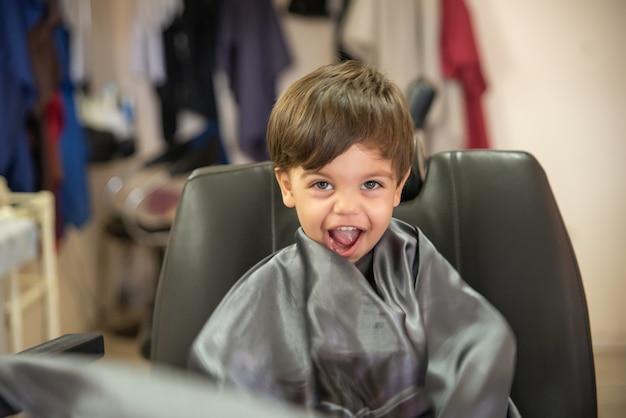 Niño lindo bebé niño - corte de pelo