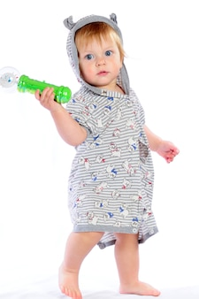 Niño lindo en pañales jugando con juguetes