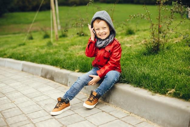 Niño lindo en un parque jugando en un césped