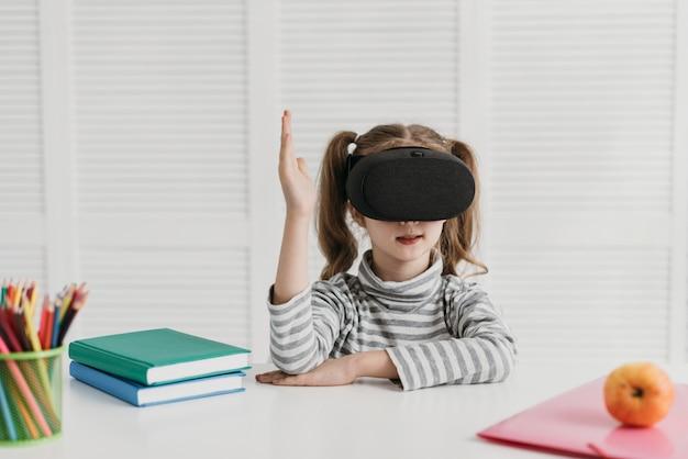 Niño lindo con tiro medio de casco de realidad virtual
