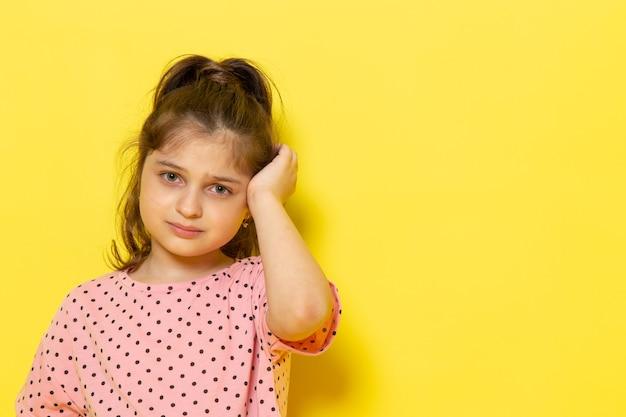 Un niño lindo de vista frontal en vestido rosa llorando