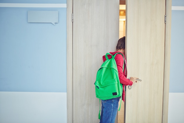 Niño llegando tarde a clase