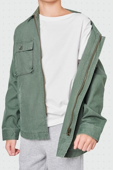 Niño, llevando, chaqueta verde