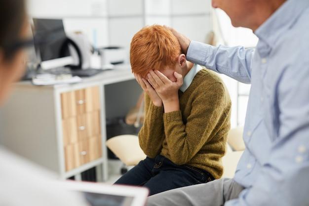 Niño llorando en la oficina de médicos